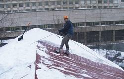 Очистка кровли здания от снега и сосулек