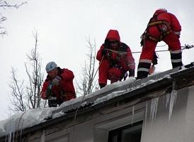 Очистка кровли от снега в Москве и Московской области