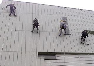 Профессиональная мойка фасадов на высоте
